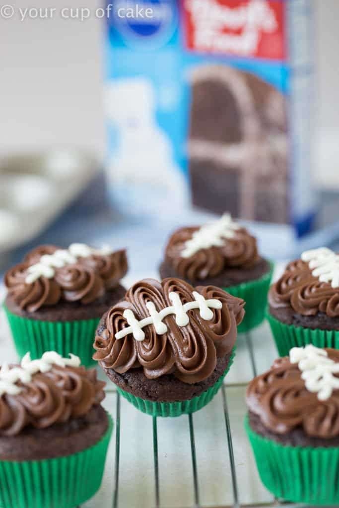These tailgate food ideas are AMAZING! We are hosting a Super Bowl party this year and this list has everything I need from appetizers, potlucks, crock pots, wings, crowd pleasures, and sliders. Pin this! #FootballFood #SuperBowl #TailgateFood #CrowdPleasures #Wings