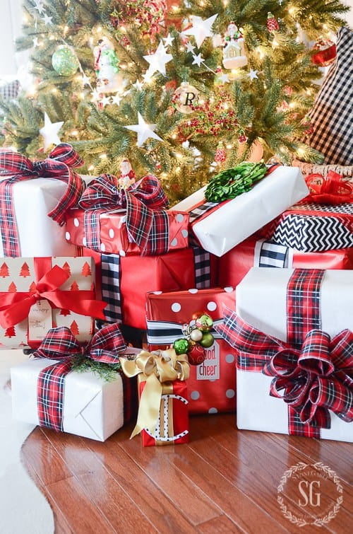 color coordinated wrapped gifts eye-catching gift wrapping ideas