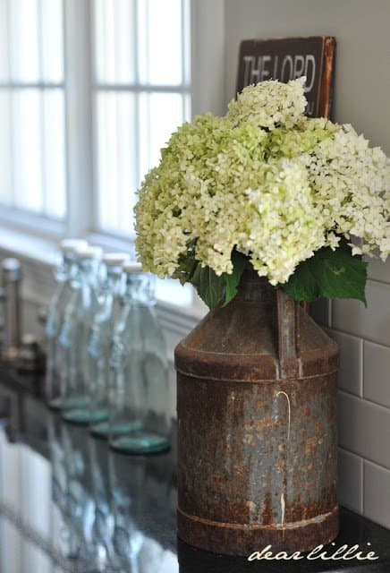 These farmhouse kitchen decor ideas are AMAZING! This is THE BEST list to inspire you to design like Joanna Gaines. I always wanted to mix the old with the new in my kitchen. I'm so happy I found these, pinning for later! #farmhousekitchen #decorideas #DIY