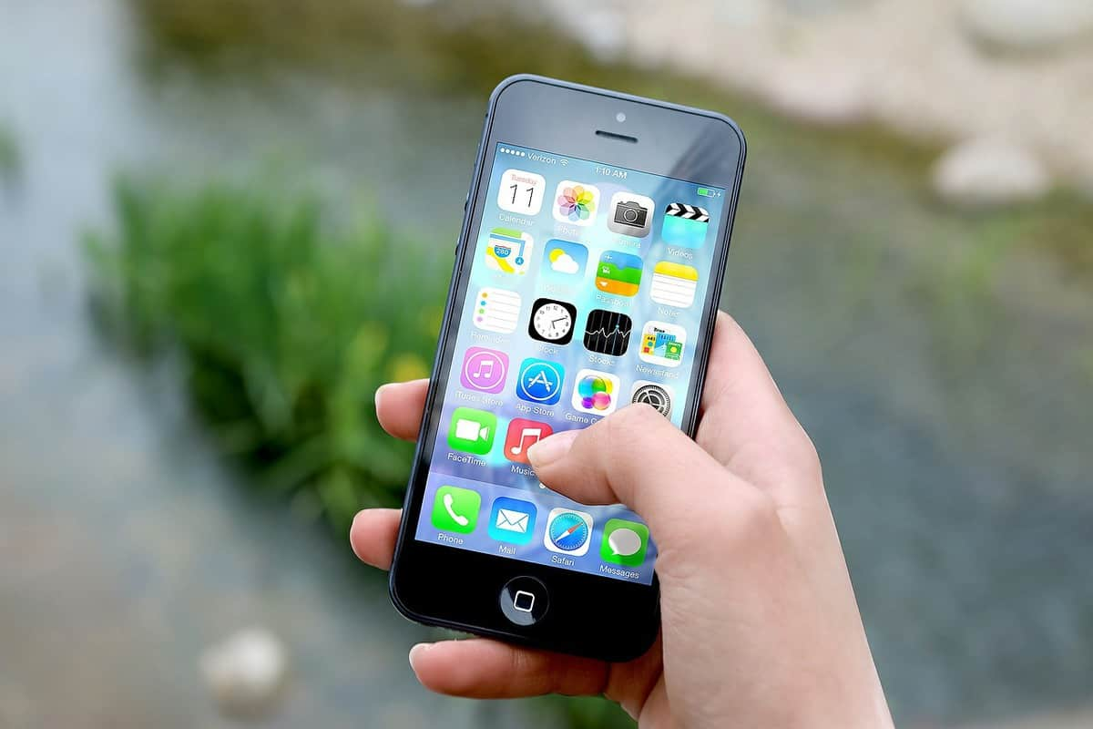 These 25 money making apps are the BEST! I have been looking for ways to make extra money for my family and now I have a TON of different ways to make extra cash. Most of these work with both iPhone and Android. Some pay over $20 per hour! Pin this! #MakeMoney #SideHustle #Apps #ExtraIncome #Savvy #Games #Legit #Mobile