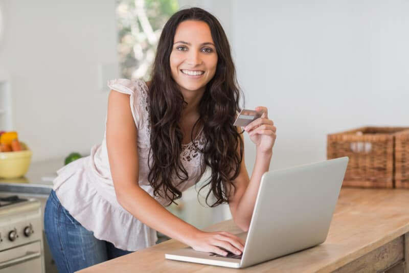 woman shopping online and using cash back app to get the money she needs now